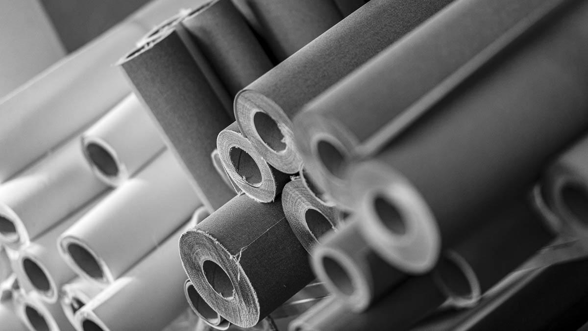 Fabric rolls for stretched canvases. | Gewebe-Rollen für bespannte Leinwände.
