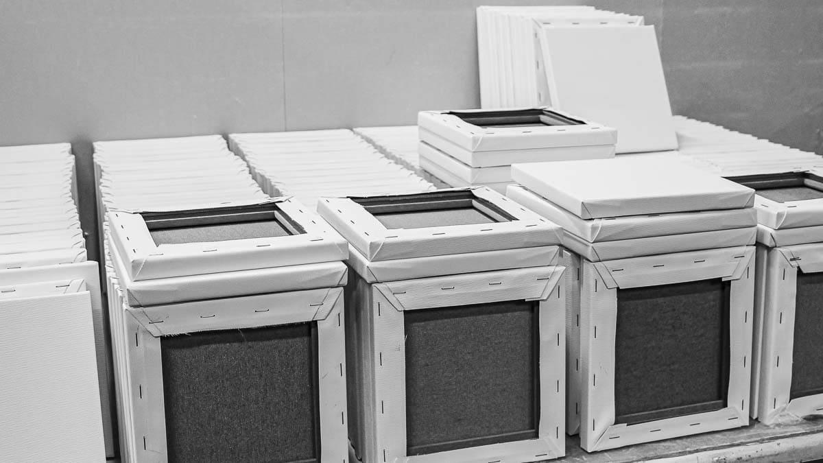 fast production automated canvas stretching | schnelles, automatisches Spannen von Leinwänden