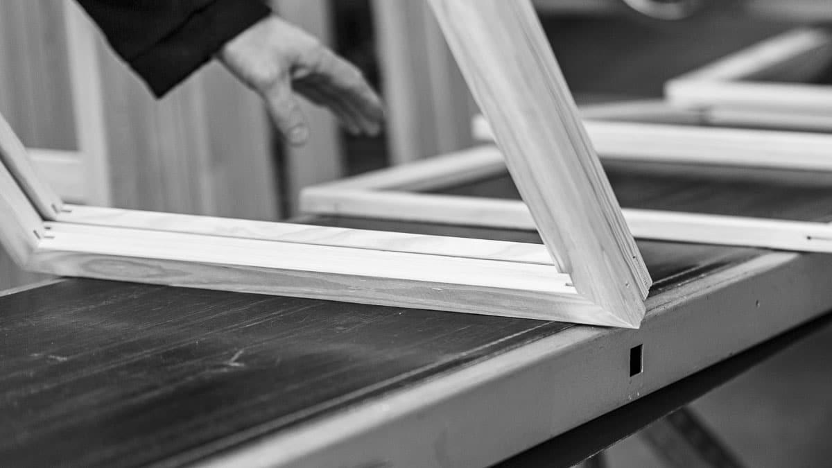 MHP PLUG finished stretcher frames on conveyor belt | MHP PLUG fertige Keilrahmen auf Förderband